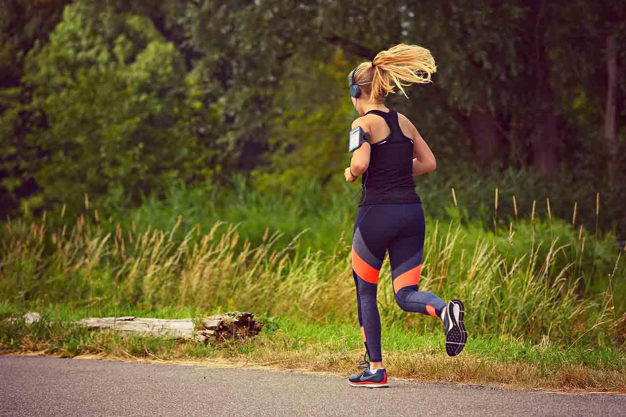 mujer runner pulsera de actividad
