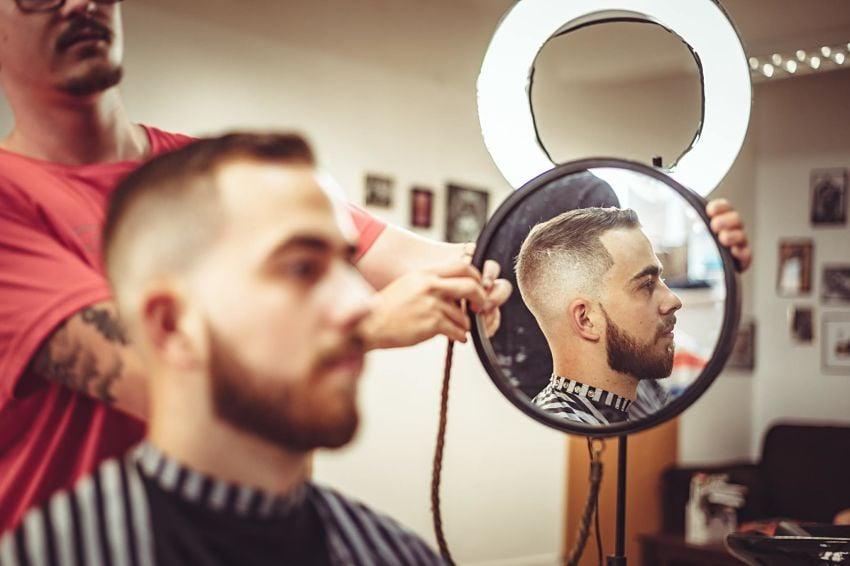 cortar el pelo o afeitarlo