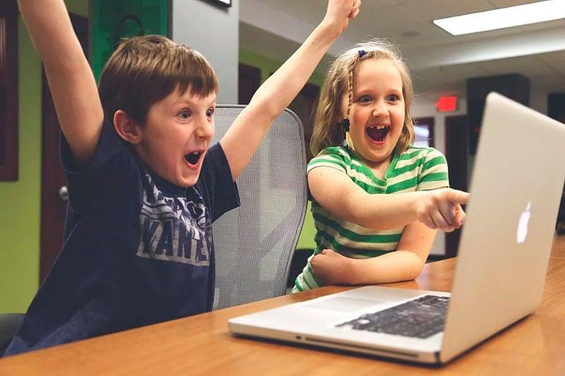 niños viendo el portátil